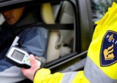 Man onder invloed van drugs achter het stuur, wegwerkers grijpen in