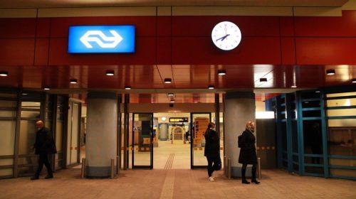 Speurhond ingezet na melding verdacht pakketje Stationsplein in Almere