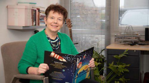 Wethouder Roelie Bosch leest tijdens Nationale Voorleesdagen voor aan groep 3